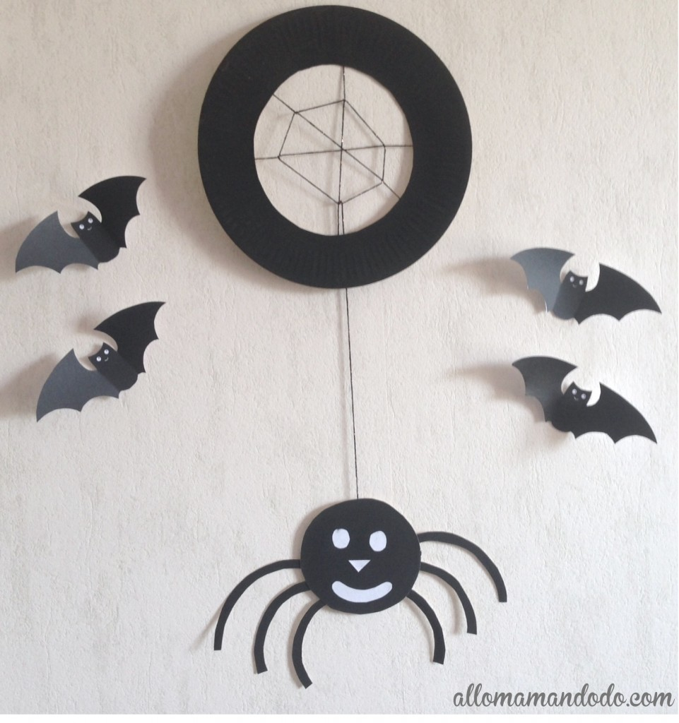 bricolage d'Halloween : une araignée à base d'assiette en carton
