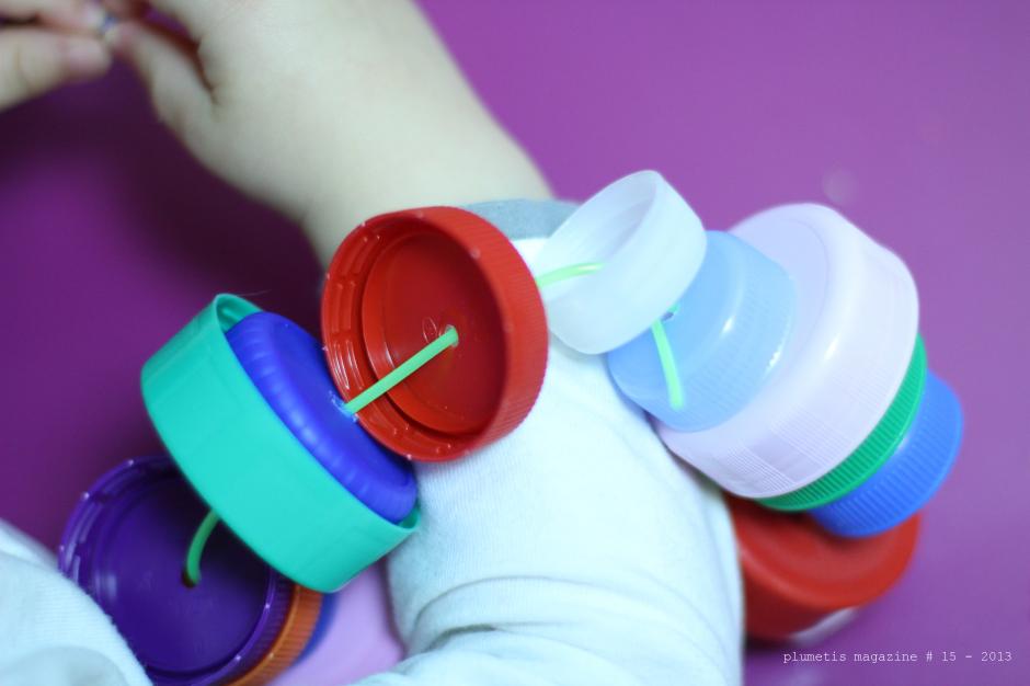 DIY : hochet fabriqué à partir de bouchons de bouteilles