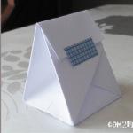 Une boite en papier.