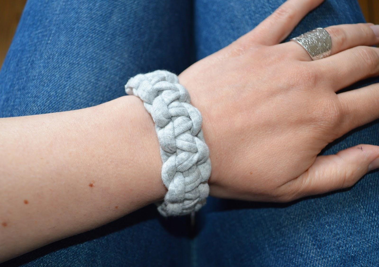 Le bracelet en macramé.
