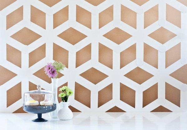 Une décoration murale géométrique.