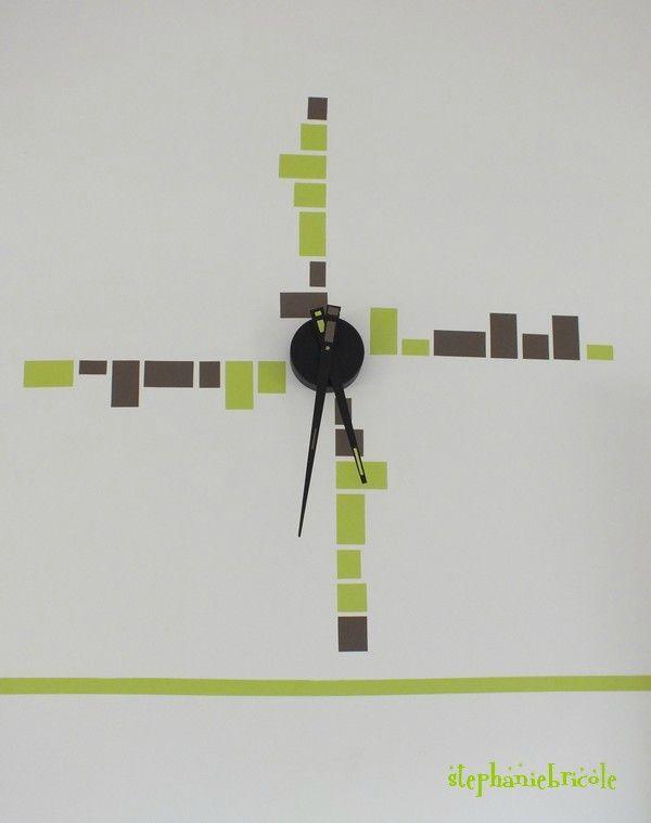 Une horloge avec de l'adhésif.
