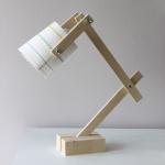 Une lampe de bureau.