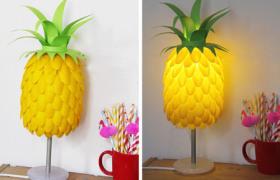 Réaliser une lampe ananas avec des cuillères en plastique.