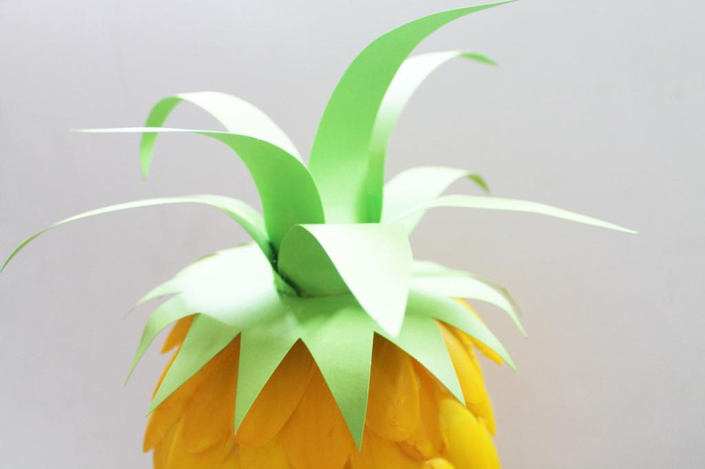diy faites une lampe ananas avec des cuill res en plastique. Black Bedroom Furniture Sets. Home Design Ideas