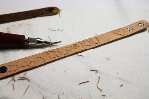 sculpté dans un bracelet en cuir