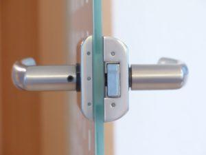 ouverture facile d'une porte claquée
